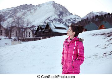 felice, libero, brunetta, donna, godere, vacanze inverno, davanti, montagne, coperto, picco, con, snow., gioioso, femmina, divertimento, outdoors.