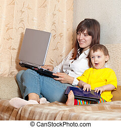 felice, madre bambino, con, laptops