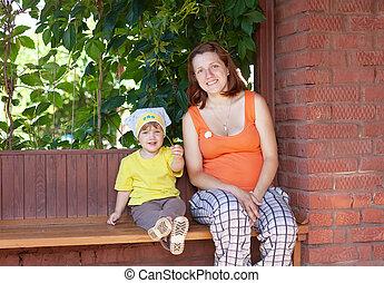 felice, madre bambino, in, veranda