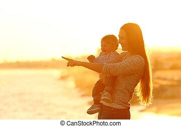 felice, madre, e, capretto, osservare via, a, tramonto