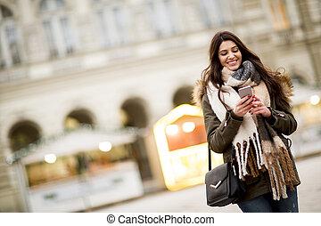 felice, moda, donna, usando, uno, far male, telefono, su, strada, in, inverno