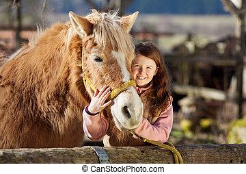 felice, piccola ragazza, cuddling, lei, cavallo