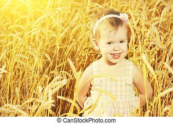 felice, piccola ragazza, in, uno, campo, di, dorato, frumento, in, il, estate