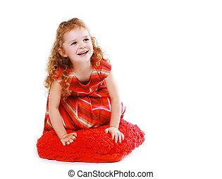 felice, piccola ragazza, in, vestito rosso, con, capelli ricci, divertimento