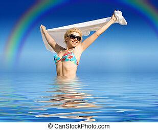 felice, ragazza, con, asciugamano, standing, in, acqua
