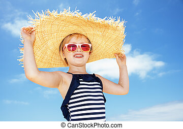 felice, ragazza, in, costume da bagno, e, grande, cappello paglia, contro, cielo blu