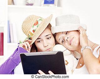 felice, ragazze adolescenti, divertimento, usando, touchpad,...
