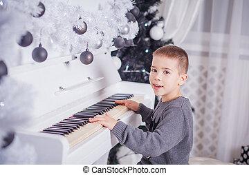 felice, ragazzo, suonando pianoforte, a casa
