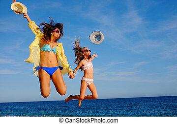 felice, spiaggia., ragazze, insieme, saltare