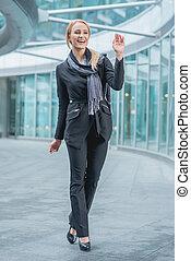 felice, ufficio, donna camminando, esterno, il, costruzione