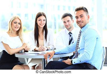 felice, uomo affari, con, colleghi, a, uno, conferenza, in, il, fondo