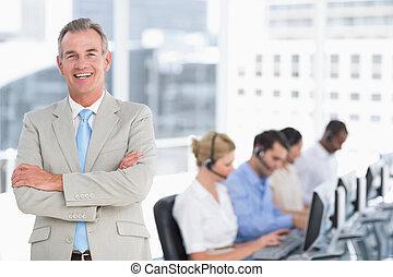 felice, uomo affari, con, funzionari, usando, computer, in, ufficio