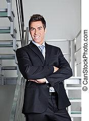 felice, uomo affari sta piedi, su, scale