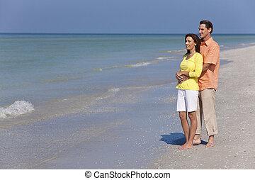 felice, uomo donna, coppia abbracciando, su, un, vuoto, spiaggia