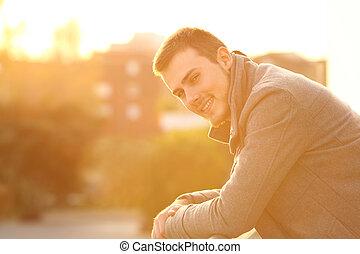 felice, uomo, guardando, lei, in, uno, balcone, in, inverno