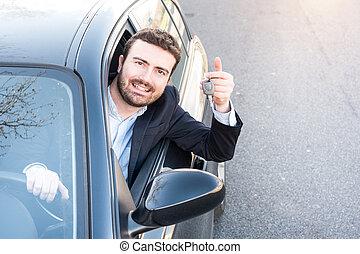 felice, uomo, sorridente, seduto, in, suo, automobile, presa a terra, chiave
