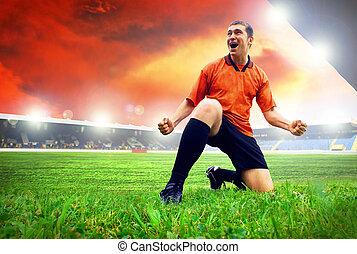 felicidade, jogador de futebol, após, meta, ligado, a, campo, de, estádio, com, céu azul