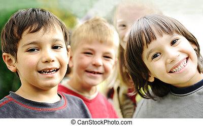 felicidade, sem, limite, feliz, crianças, junto, ao ar livre, caras, sorrindo, e, descuidado