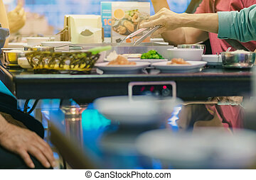 felicità, godere, mangiare, coreano, bbq, tradizionale, famoso, cibo, con, famiglia, in, uno, coreano, ristorante