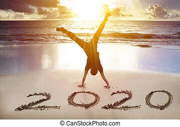 feliz, 2020, homem novo, handstand, conceito, praia., ano