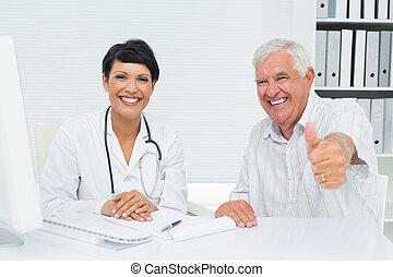 feliz, 3º edad, paciente, el gesticular, pulgares arriba, con, doctor