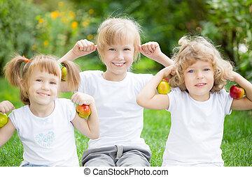 feliz, activo, niños, con, manzanas