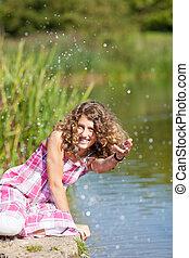 feliz, adolescente, juego, con, agua