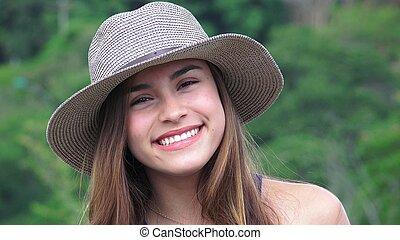 feliz, adolescente niña, llevando, sombrero