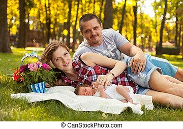 feliz, adorable, familia , con, newbork, niño, en el parque