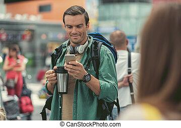 feliz, adulto, sujeito, é, compartilhar, notícia, usando, smartphone