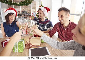 feliz, adultos jóvenes, celebrar, tiempo de navidad