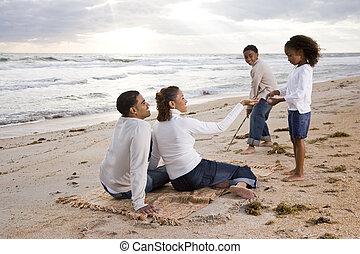 feliz, africano-americano, família, tocando, ligado, praia