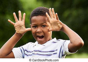 feliz, africano, niño, elaboración, un, mueca, en cámara del juez