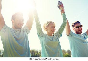 feliz, aire libre, tenencia, voluntarios, grupo, manos