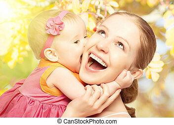 feliz, alegre, family., mãe bebê, beijando, rir, e, abraçando, em, natureza, ao ar livre