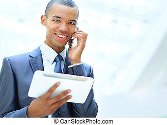 feliz, americano africano, empresário, usando, tabuleta, computador, e, falando telefone