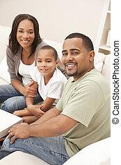 feliz, americano africano, madre, padre e hijo, familia