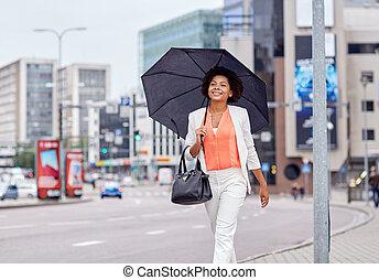 feliz, americano africano, mujer de negocios, con, paraguas