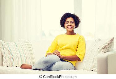 feliz, americano africano, mulher jovem, casa