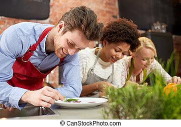 feliz, amigos, cocina, y, decorar, platos