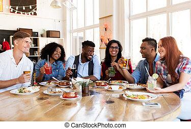feliz, amigos, comer, e, bebendo, em, restaurante