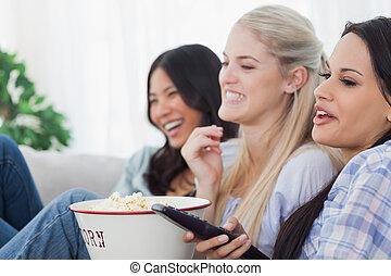 feliz, amigos, comer, pipoca, e, televisão assistindo