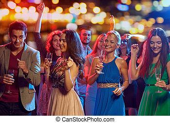 Club nocturno escolta bailando
