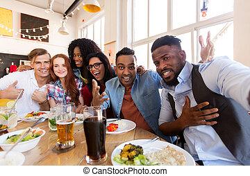 feliz, amigos, levando, selfie, em, restaurante, ou, barzinhos