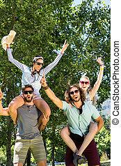 feliz, amigos, tener diversión, juntos