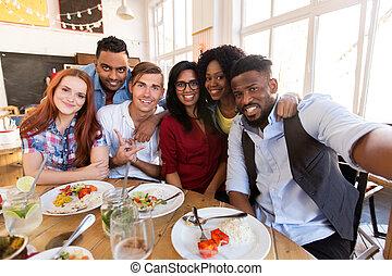 feliz, amigos, toma, selfie, en, restaurante, o, barra