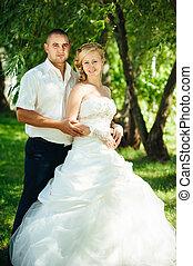 feliz, andar, mulher, par, recém casado, abraçar, primavera, nature., par casando, noivo, noiva, park., verde, ao ar livre, outdoor., nupcial, homem, dia, amando
