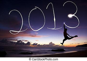 feliz ano novo, 2013., homem jovem, pular, e, desenho, 2013, por, lanterna, ar, praia, antes de, amanhecer