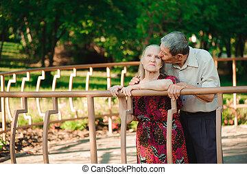 feliz, antigas, par, em, um, parque, ligado, um, ensolarado, day.