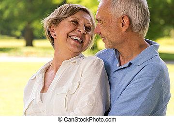 feliz, aposentadoria, par velho, rir, junto